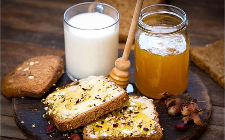 Молоко и мед для лечения простуды