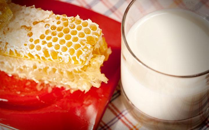 Мед и молоко для лечения горла