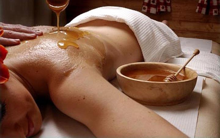 Нанесение меда на тело