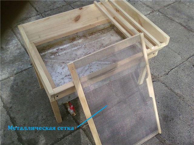 Стол с металлической сеткой