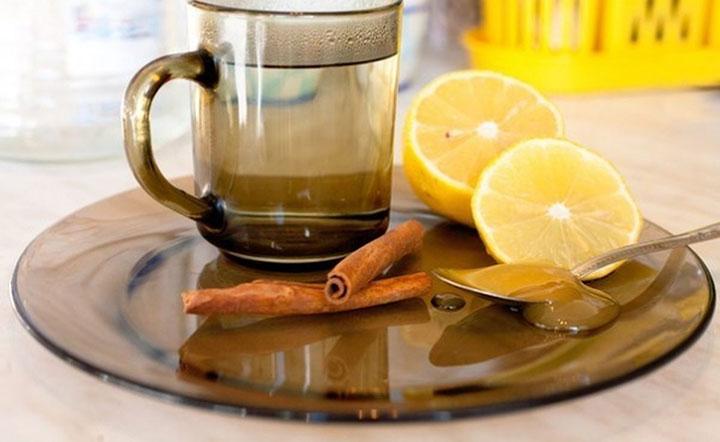 Добавление лимона к смеси